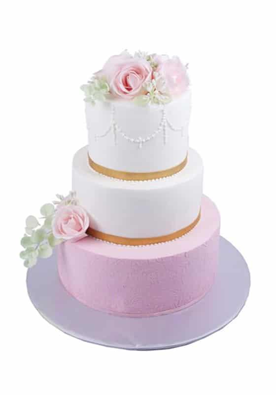 Свадебный бело-розовый торт с розами