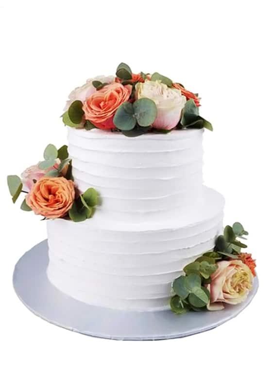 Свадебный белый торт с живыми розами