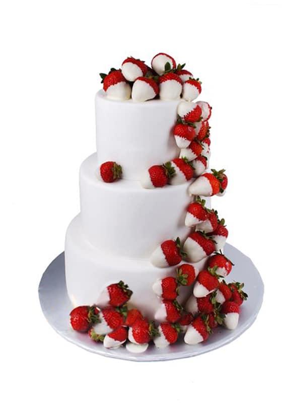 Свадебный торт с Клубничками в шоколаде
